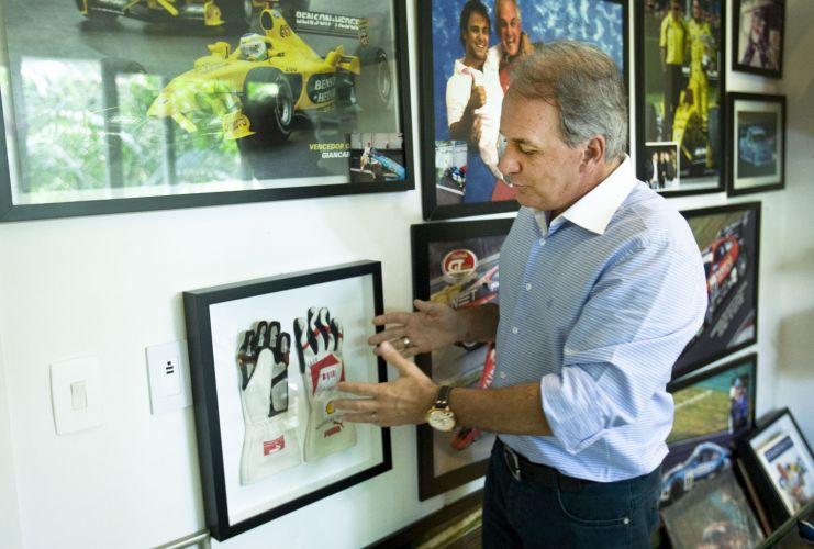 O apresentador Otávio Mesquita mostra as luvas que ganhou do piloto de Fórmula 1, Felipe Massa (12/5/2011)