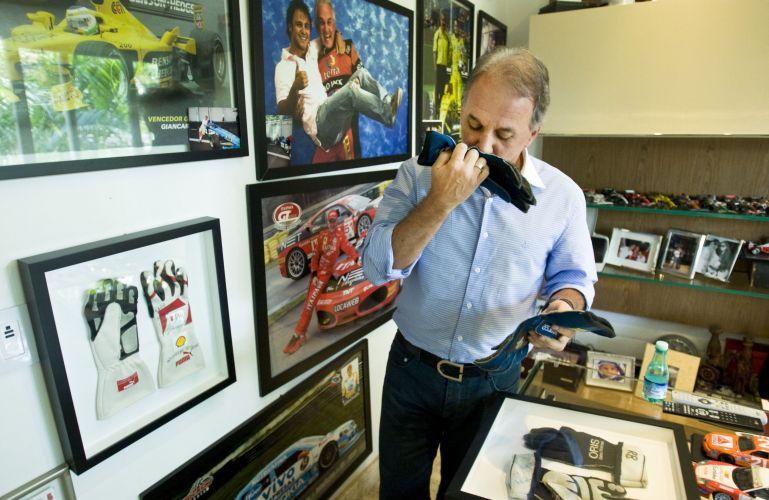 Otávio Mesquita se emociona ao mostrar as luvas do piloto Gustavo Sonderman, amigo do apresentador, que morreu spós um grave acidente em uma prova da Stock Car, em abril deste ano (12/5/2011)