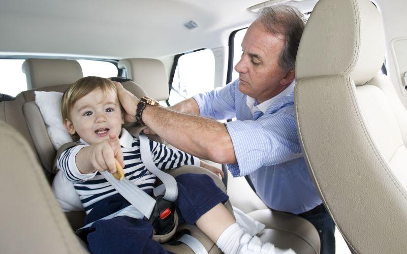 Otávio Mesquita arruma o filho Pietro na cadeirinha de bebê, e segue dirigindo até seu escritório no Morumbi, zona sul de São Paulo (12/5/2011)