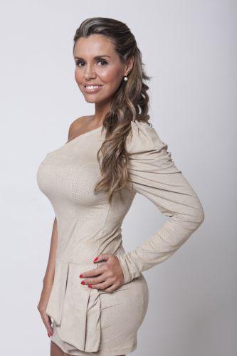 Renata Banhara é modelo e repórter. Aos 35 anos, é solteira, vaidosa e bem decidida. Já participou de vários programas de TV expondo sua vida pessoal