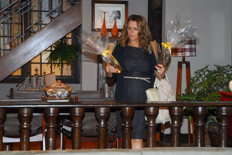 Clorís (Patrycia Travassos) chega ao casarão do professor Flores (Antonio Grassi), vê um presente igual ao que comprou para ele e fica intrigada. Mal sabe ela que pouco antes de chegar, Léia (Angelina Muniz) acabara de presentear o professor com a mesma cachaça caríssima que ela comprou para o intelectual. A cena está prevista para ir ao ar nesta quinta-feira (30/9)