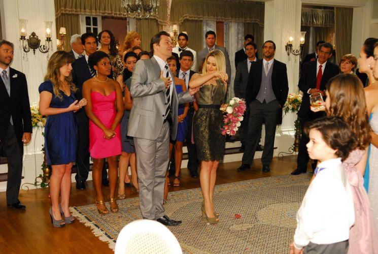 Nicolau (Heitor Martinez) anuncia seu noivado com Arminda no casamento de Tito (Ângelo Paes Leme) e Filomena (Liliana Castro) e deixa a executiva surpresa e ao mesmo tempo irritada. Joca (Caio Junqueira) observa tudo desolado, enquanto o senador esbanja