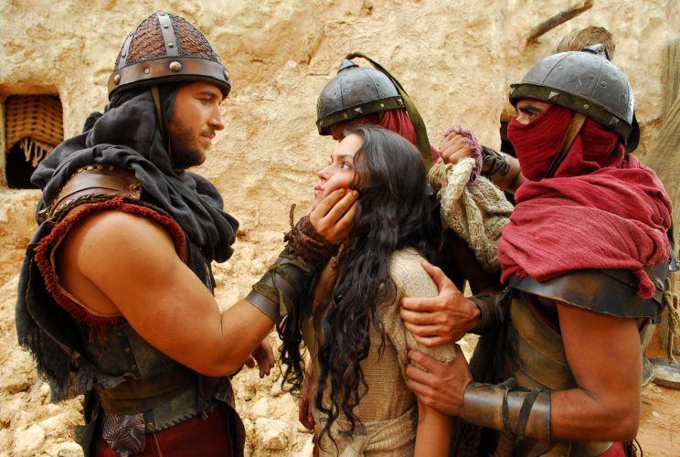 Depois de descobrir que Sansão (Fernando Pavão) se interessou por outra mulher, Samara (Thais Fersoza) se afasta de seu amado. Ela caminha atordoada e se depara com o exército de Faruk (Miguel Thiré) que recebeu ordens para invadir seu povoado. Dois soldados a seguram, mas Sansão aparece repentinamente e os derrota. Ele pede que Samara fuja e avise à todos sobre a presença do inimigo. A cena vai ao ar no capítulo de estreia da série, no dia 4 de janeiro