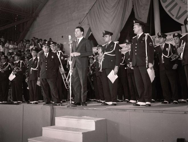 Ao lado de militares, o apresentador Silvio Santos comemora aniversário do