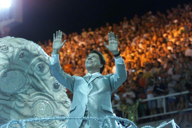 Silvio Santos era a atração do carro abre-alas da escola de samba