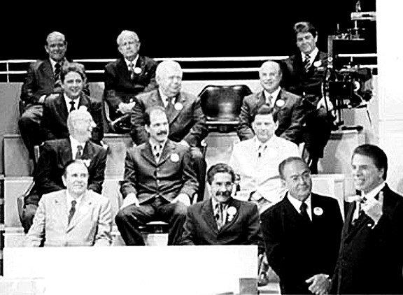 O apresentador Silvio Santos ao lado do deputado federal Marcondes Gadelha (à esq.), no programa Show do Milhão; ao fundo, outros políticos que participaram do jogo de conhecimentos do SBT (2001)