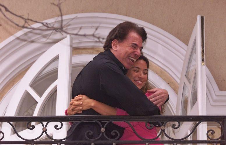 Silvio Santos e a filha Patrícia Abravanel ficaram reféns de um sequestrador em agosto de 2001. Libertados, pai e filha deram uma coletiva à imprensa da sacada da casa da famíla no Morumbi