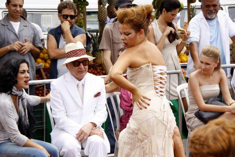 Intérprete de Thaísa, Fernanda Souza participa da gravação do desfile de Victor Valentim (Murilo Benício) em uma feira que reproduz a do Pacaembu, em São Paulo, montada no estacionamento de uma casa de shows na Barra da Tijuca, zona oeste do Rio (14/12/2010)