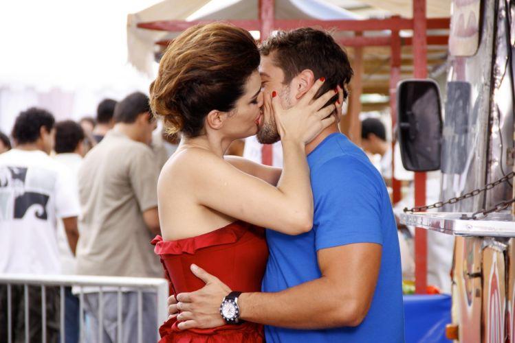 Desirée (Mayana Neiva) beija Jorgito (Rafael Cardoso) durante gravação do desfile de Victor Valentim (Murilo Benício) em uma feira que reproduz a do Pacaembu, em São Paulo, montada no estacionamento de uma casa de shows na Barra da Tijuca, zona oeste do Rio (14/12/2010)