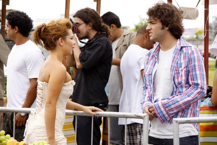 Fernanda Souza e Humberto Carrão conversam antes de gravar o desfile de Victor Valentim (Murilo Benício) em uma feira que reproduz a do Pacaembu, em São Paulo, montada no estacionamento de uma casa de shows na Barra da Tijuca, zona oeste do Rio. Em