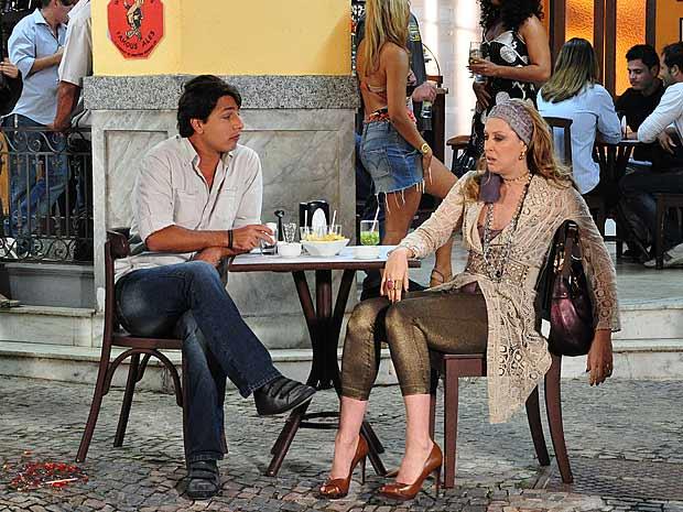 Sem acreditar que Jaqueline (Claudia Raia) sabe algo sobre Valentim (Murilo Benício), Clotilde (Juliana Alves) pede para Ricardinho (Eduardo Magalhães) se aproximar da ex de Jacques (Alexandre Borges) e arrancar dela o segredo do estilista espanhol. Ricardinho, então, aborda Jaqueline fingindo estar mal com o fim do noivado com Clotilde. Penalizada, ela o convida para ir a um bar e bebe todas. De pileque, ela conta o segredo para o comparsa de Clotilde. A cena vai ao ar no dia 30/11/10