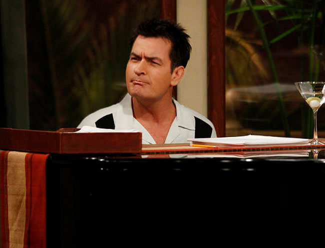 Charlie (Charlie Sheen) continua o mesmo solteiro e beberrão nesta oitava temporada de