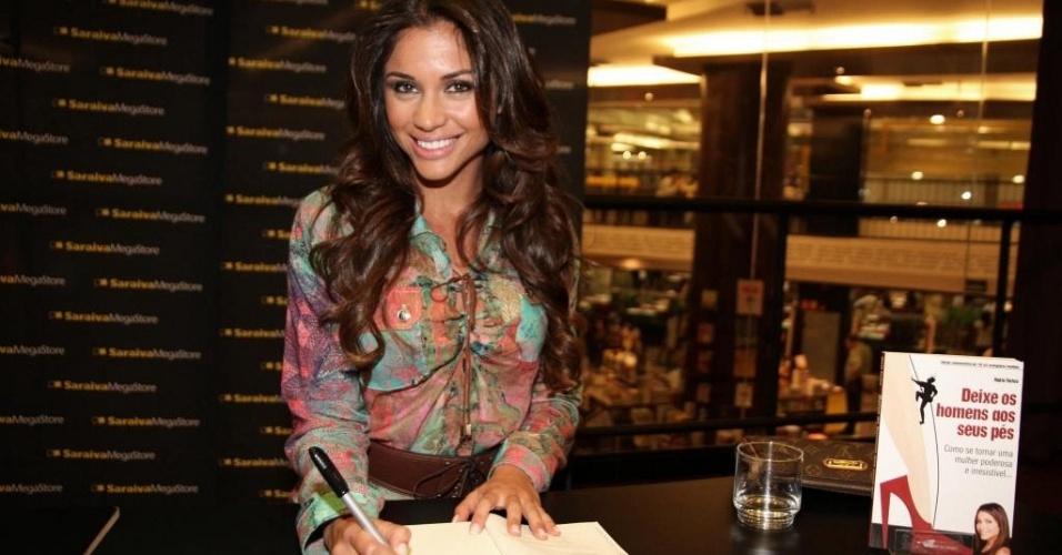 A ex-BBB Maria Melilo autografa o livro