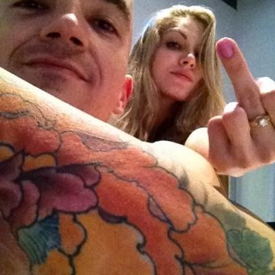 A bbb Renata mostra o dedo em foto com o ex-namorado Filipe Soldati
