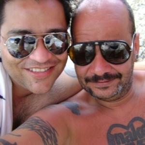 João Carvalho aparece ao lado de um amigo em sua página do