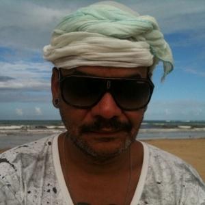 Com um lenço na cabeça, João posa para a foto
