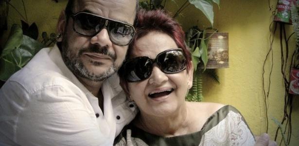 João Carvalho abraça sua mãe