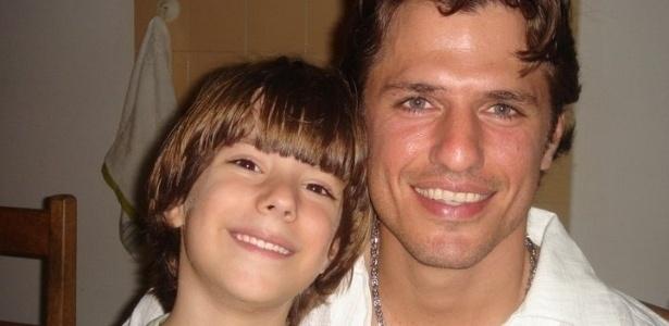 João Maurício abraça uma criança