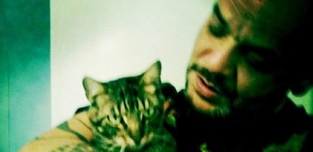 João com seu gato de estimação