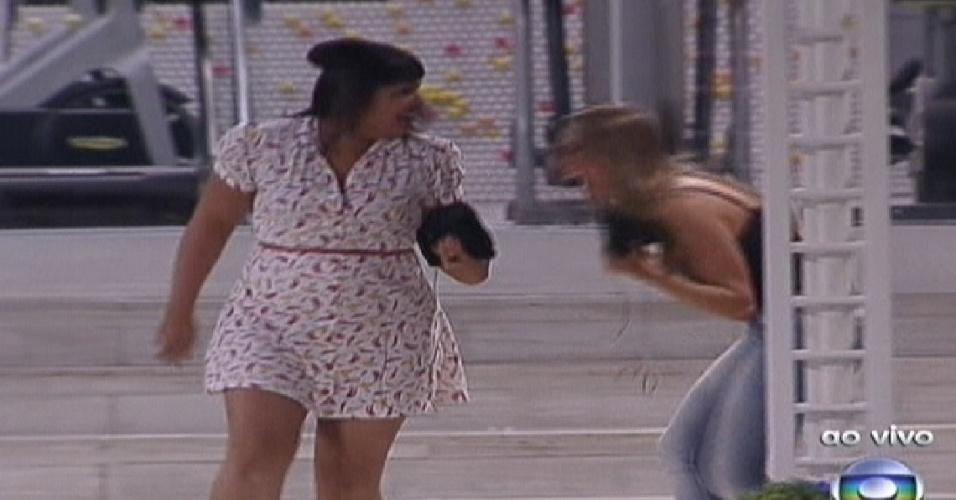 """Analice e Monique entram na casa do """"BBB12"""" (10/1/2012)"""