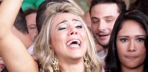 """Fabiana chora e acena para o público ao sair do hotel para ser confinada no """"BBB12"""" (10/01/12)"""