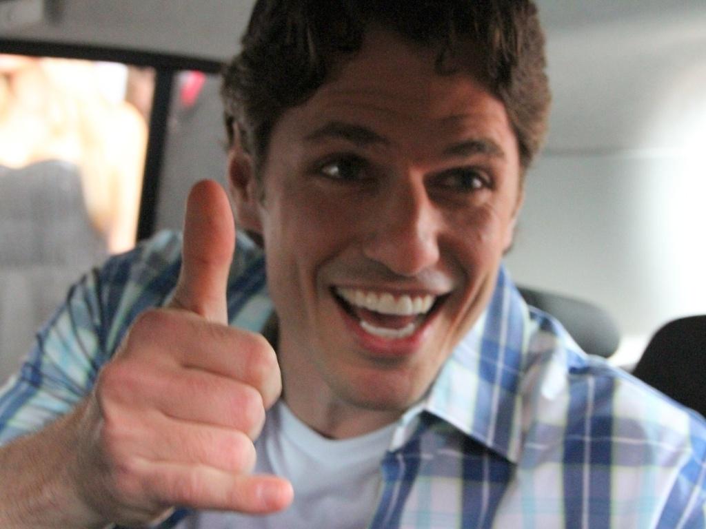 João Maurício posa para fotos dentro do carro antes de ser levado para o confinamento do