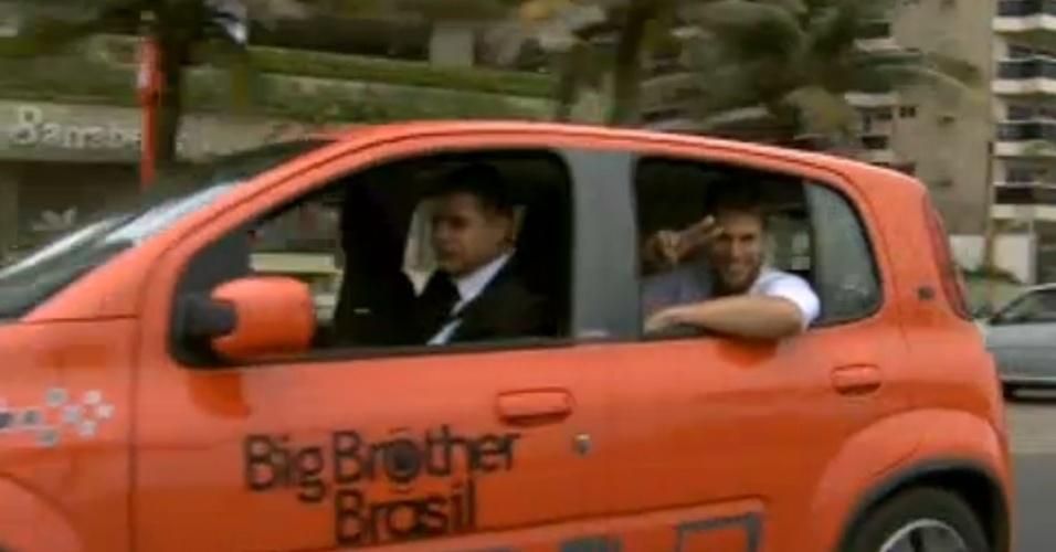 """Jonas acena para as câmeras enquanto deixa o hotel para entrar na casa do """"BBB12"""" no Projac (10/01/2012)"""