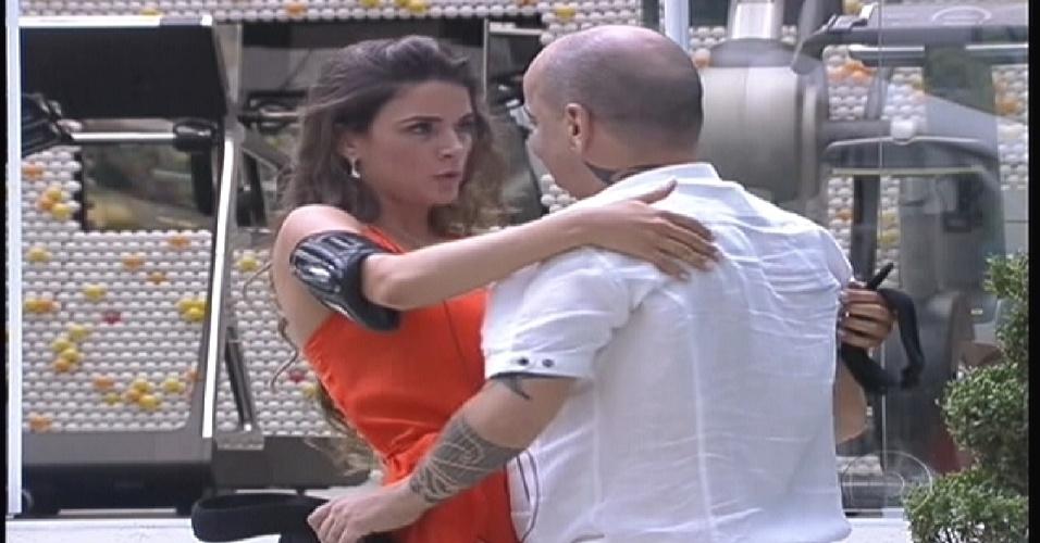 Laisa e João Carvalho se abraçam no jardim da casa (10/1/2012)