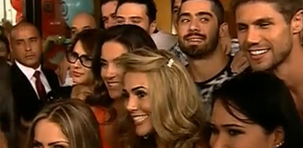 """Participantes deixam o hotel em direção ao Projac (10/1/2012). Fabiana (loira, ao centro) disse que se inspira em Maria, vencedora do 'BBB11"""""""