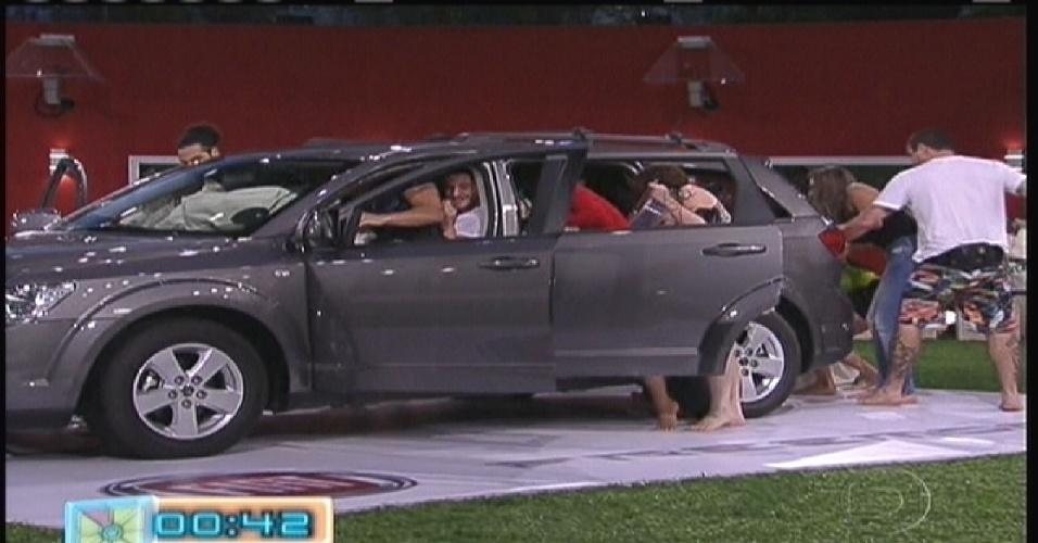 Participantes entram dentro de um carro e fazem a primeira prova de resistência valendo uma imunidade (10/1/2012)
