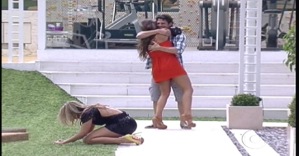 João Mauricio e Laisa se abraçam dentro da casa (10/1/2012)