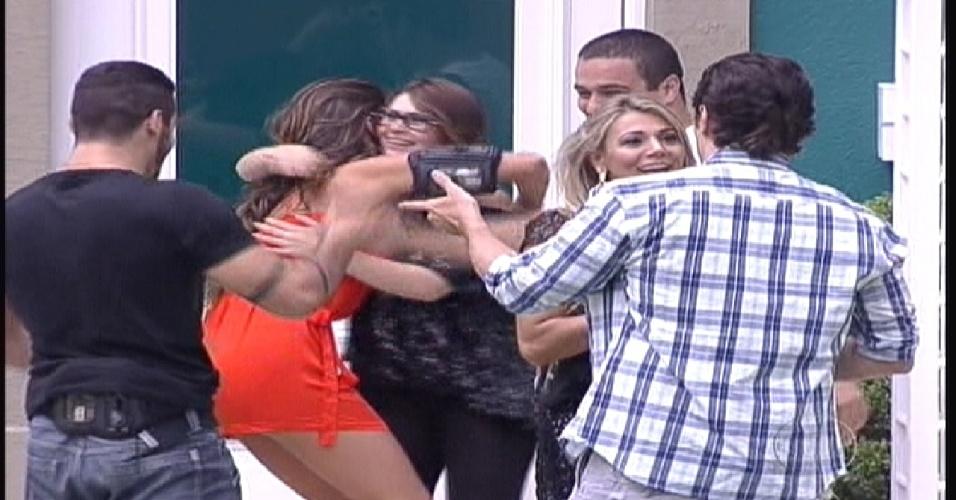 """Participantes se abraçam no jardim da casa do """"BBB"""" (10/1/2012)"""