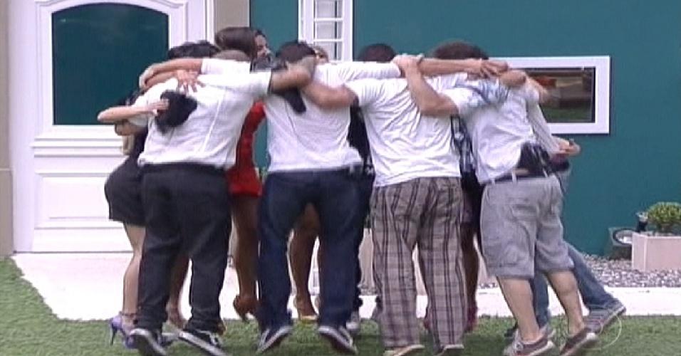 Participantes se abraçam no jardim da casa (10/1/2012)