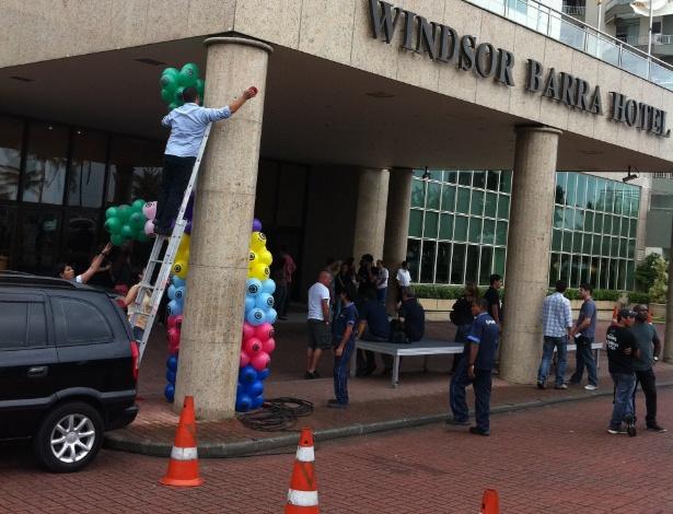 """Produção do """"BBB12"""" prepara fachada do hotel para carreata dos participantes, programada para às 13h30 (10/1/12)"""