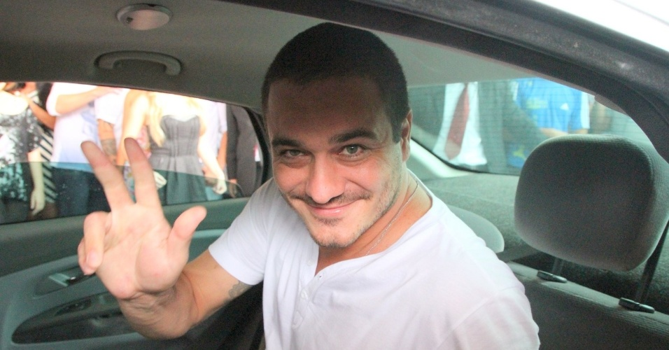 Rafa acena para as câmeras ao sair do hotel no Rio de Janeiro (10/01/2012)