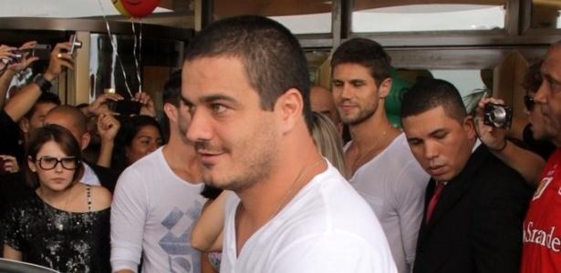 """Rafa deixa o hotel e entra no carro para seguir em direção ao Projac no primeiro dia do """"BBB12"""" (10/01/2012)"""