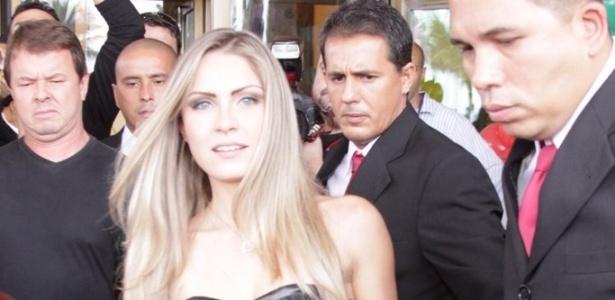 """Renata deixa o hotel e segue para o primeiro dia de confinamento na casa do """"BBB12"""" (10/01/2012)"""