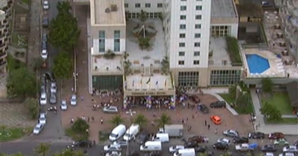 """Vista área da saída dos participantes do """"BBB12"""" do hotel em direção ao Projac"""