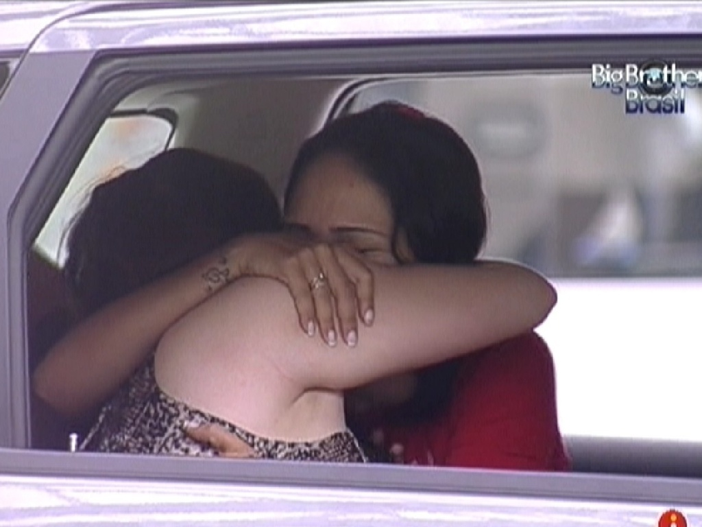 Mayara abraça Jakeline ao decidir sair da prova de resistência (11/1/2012)