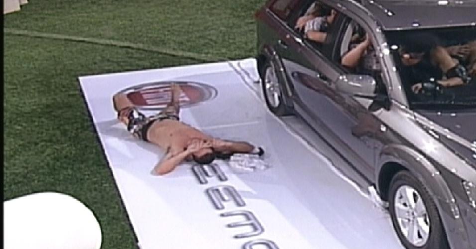 Rafa se joga ao lado do carro após desistir da prova de resistência (11/01/12)