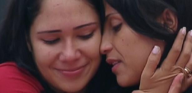 Jakeline e Kelly se abraçam após prova de resistência(11/01/12)