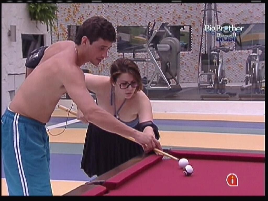 Fael ensina Mayara a jogar sinuca (12/1/2012)