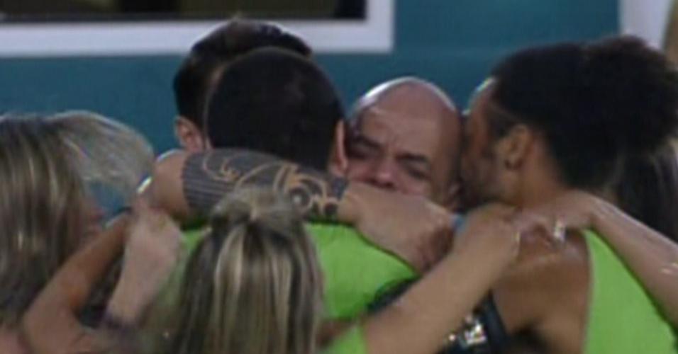 João Carvalho (ao centro) recebe o abraço dos colegas de confinamento após vencer a primeira prova do líder (12/1/2012)