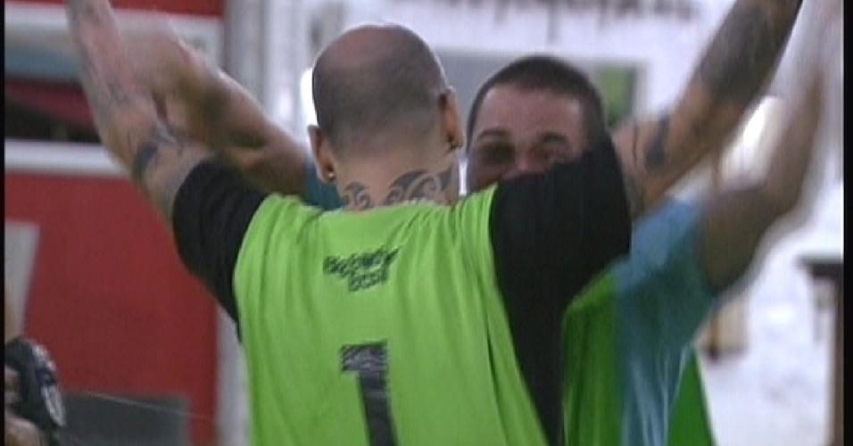 João Carvalho (com a camisa 1) recebe o abraço de Rafa após vencer a primeira prova do líder (12/1/2012)