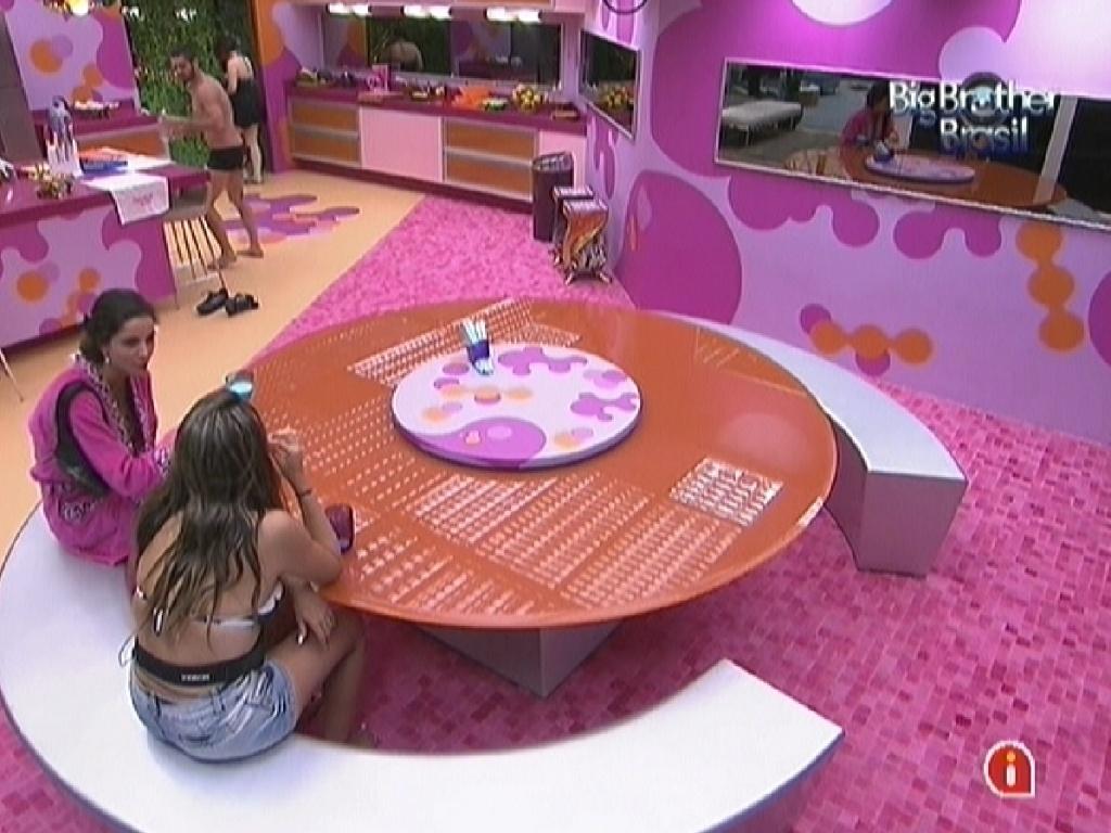 Laisa e Monique conversam na cozinha sobre a primeira votação ao paredão (12/1/2012)
