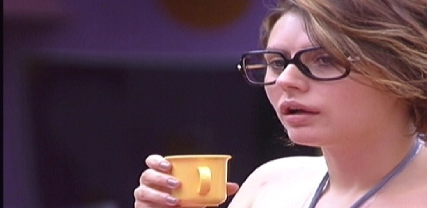 Mayara toma café e analisa a personalidade de Kelly na cozinha (12/01/2012)