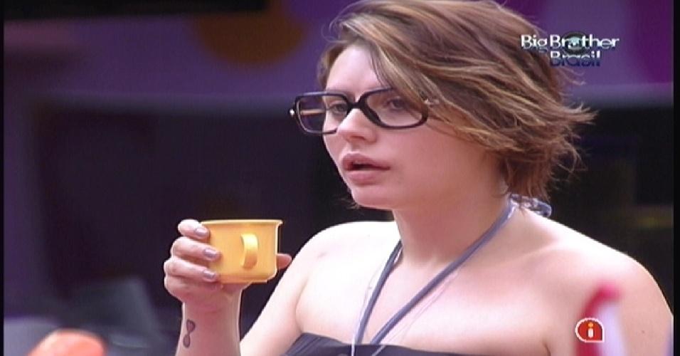 Mayara toma café e analisa a personalidade de Kelly na cozinha (12/1/2012)
