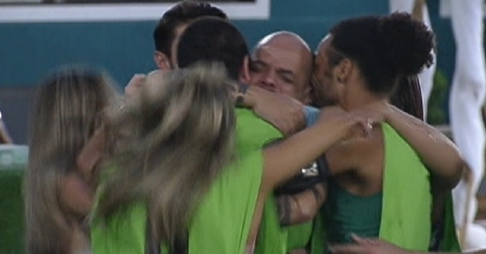 Participantes abraçam João Carvalho, após ele vencer a primeira prova do líder do programa (12/1/2012)
