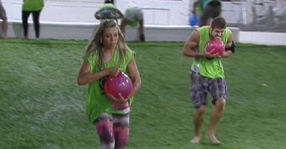 Participantes correm com balões de água durante prova do líder (12/1/2012)
