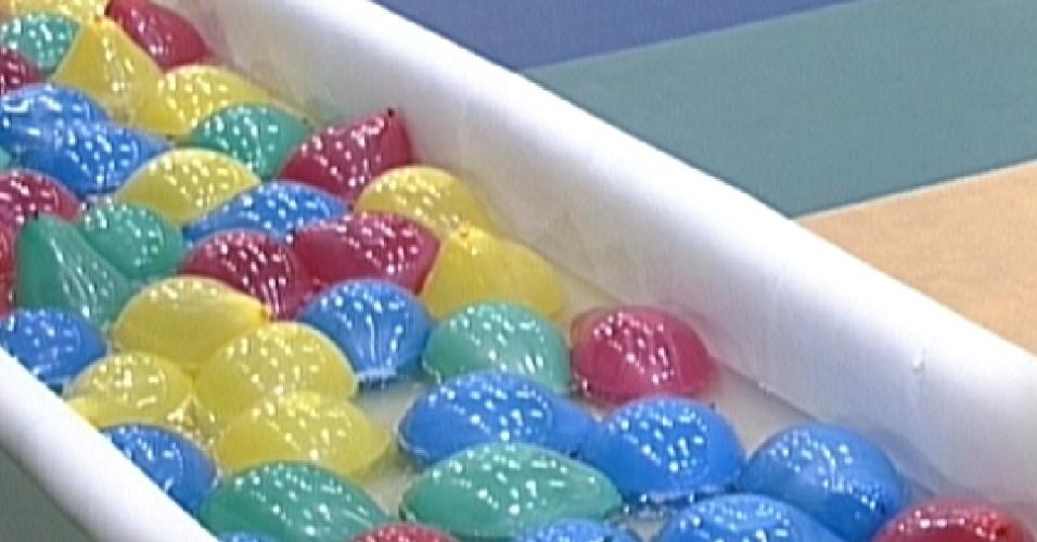 Participantes devem pegar balões de água em piscina de gel (12/1/2012)
